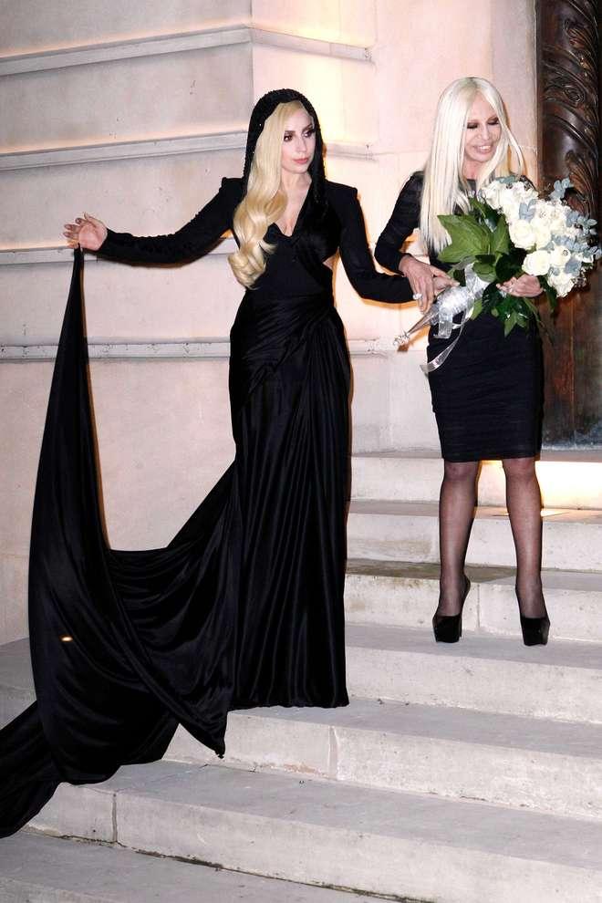 """lady gaga e donatella versace, amiche inseparabili in """"total black"""" alle sfilate a parigi"""