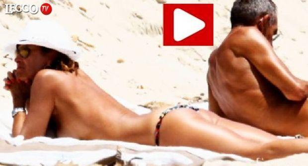 Cristina Parodi a Formentera, topless perfetto a 50 anni
